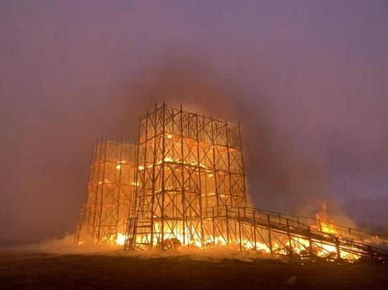 На Масленицу в «Никола-Ленивце» спалили 20-метровый мост из мусора