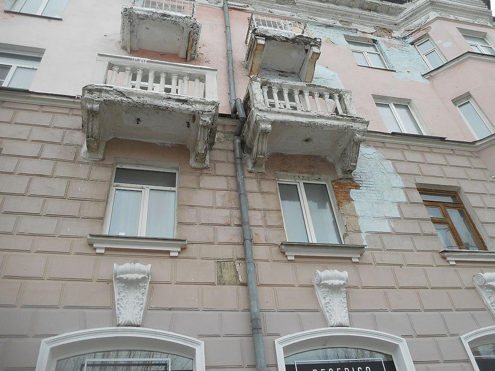 В центре Барнаула облезли памятники советской архитектуры