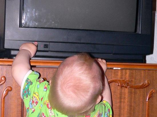 Мать рассказала, как на ее ребенка рухнул телевизор: «Полез за игрушками»