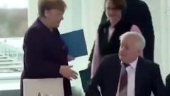Отказ коллеги жать руку Меркель попал на видео