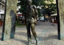 Трудно понять, почему студенты-экономисты Московского университета, прочитав попавший случайно им в руки «Портрет Дориана Грея», решили первенцу дать имя героя романа Оскара Уайльда, очаровательного сластолюбца и порочного преступника