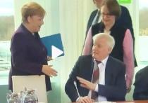 Зеехофер отказался пожать руку Меркель