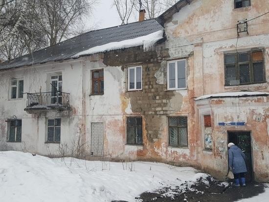 Крыша обрушилась на аварийном доме в Барнауле