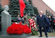 Холодный неуютный ветер раздувал знамена ленинского комсомола, московских коммунистов, флаги СССР и почему-то ВДВ
