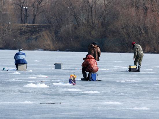 При спасении двух рыбаков сотрудники МЧС провалились под лед