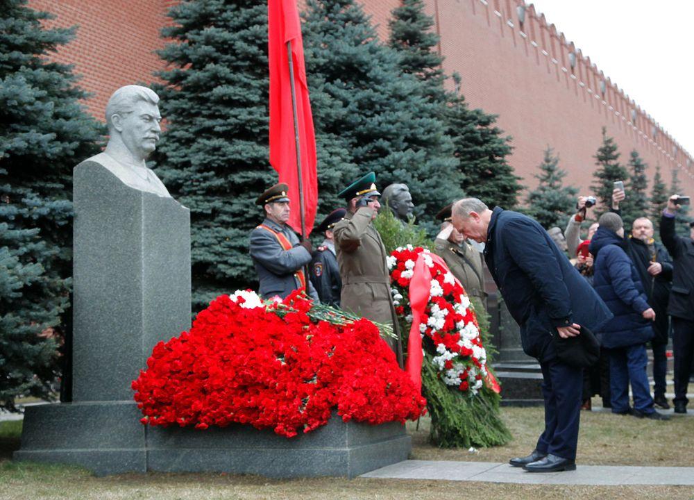 Коммунисты засыпали Сталина цветами, Зюганов кланялся: фоторепортаж