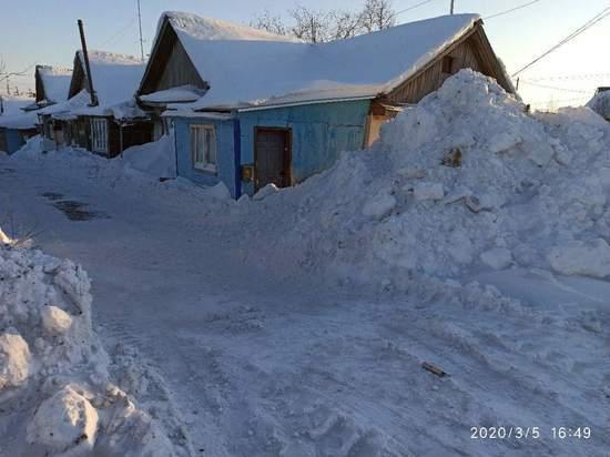 В Салехарде коммунальщики завалили снегом вход в жилой дом