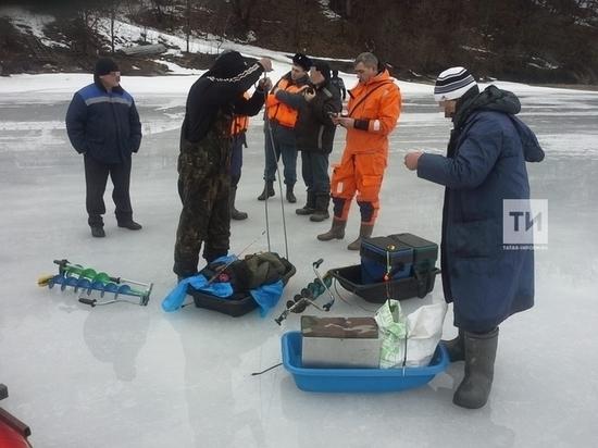 На Волге в Татарстане под лед провалился мотоцикл с рыбаками
