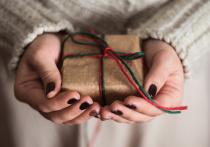 Женщинам на 8 марта дарили смартфоны и фитнес-браслеты