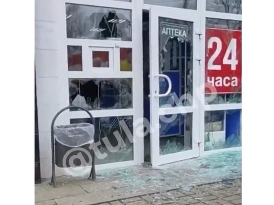 В тульских соцсетях появилось видео, как пожилой хулиган разбивает дверь аптеки