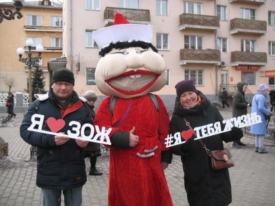 Прохожим на Арбате в Улан-Удэ раздавали бутылки с водой и делали фото с куклами