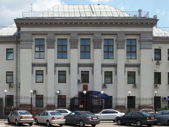 Киев занялся расторжением международных договоренностей: отнял землю у посольства России