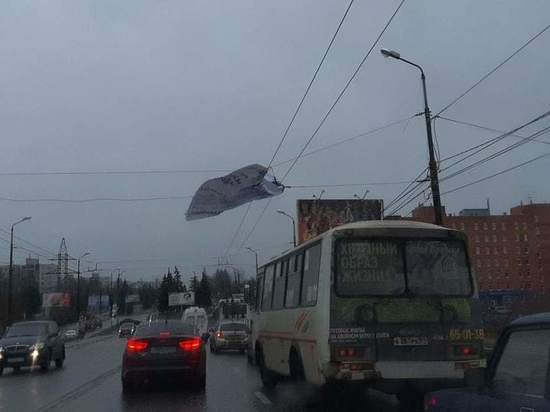 В Твери троллейбус запутался в сорванном баннере
