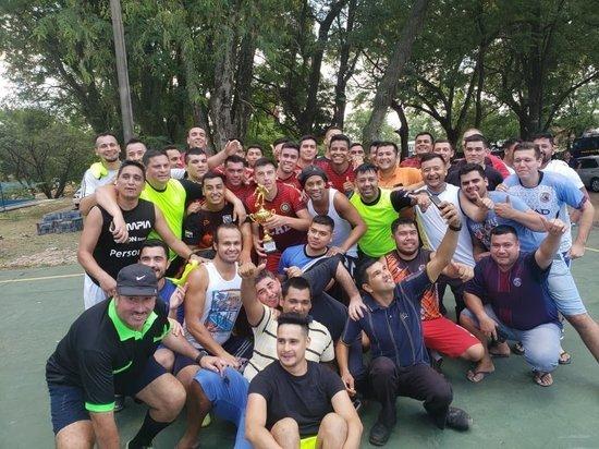 Финты Роналдиньо: бразилец сыграл в тюрьме и выиграл поросенка