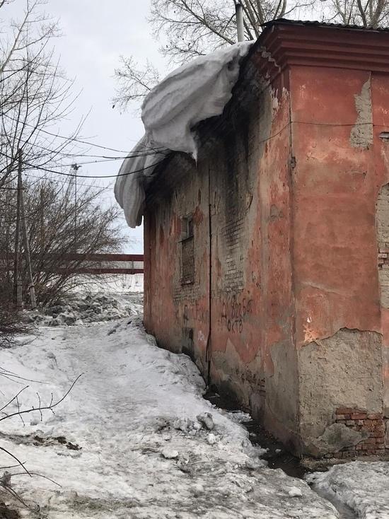 Жители барнаульского аварийного дома боятся его обрушения под тяжестью мокрого снега