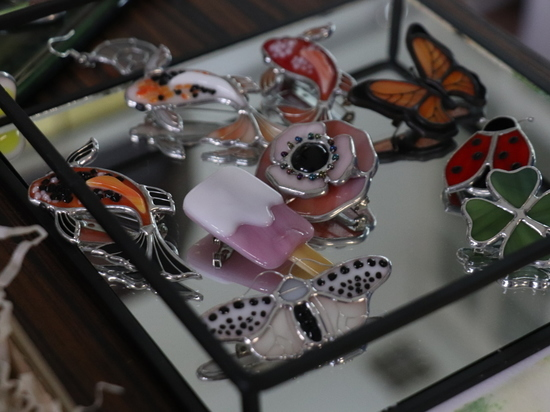 Тамбовские броши из стекла продаются по всей России