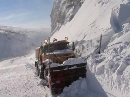 В Дагестане на дорогу сошла лавина