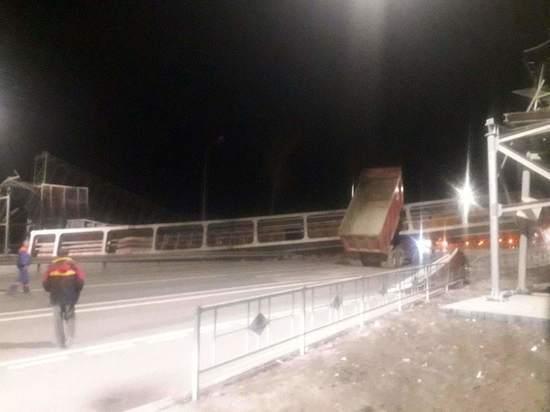 В Собинском районе грузовик обрушил надземный пешеходный переход
