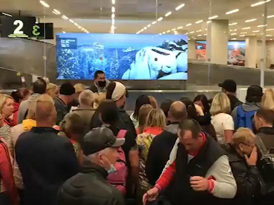 Попавшие под карантин россияне штурмом взяли аэропорт Красноярска