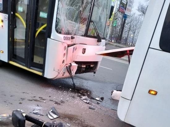 Два автобуса столкнулись на Королева в Ростове