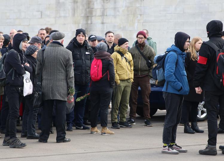 Журналист Хасавов рассказал, как прошли закрытые похороны Лимонова: речей мало