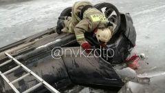 Вылет кроссовера с дороги в реку в Новокузнецке попал на видео
