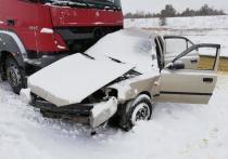 В Красноармейском районе иномарка протаранила цементовоз, трое погибли