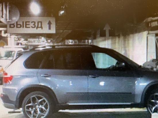 """Водитель """"БМВ"""" протаранил пешехода и стену на парковке торгового центра"""