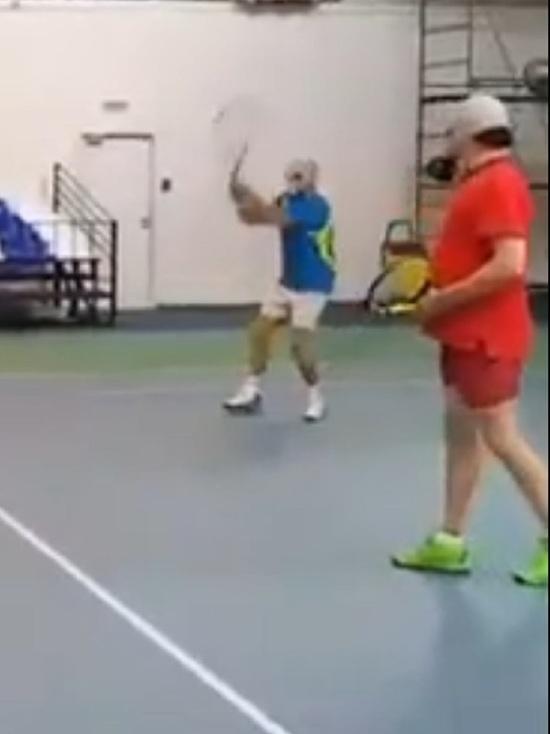 Ярославский теннисный клуб проводит игры в противогазах