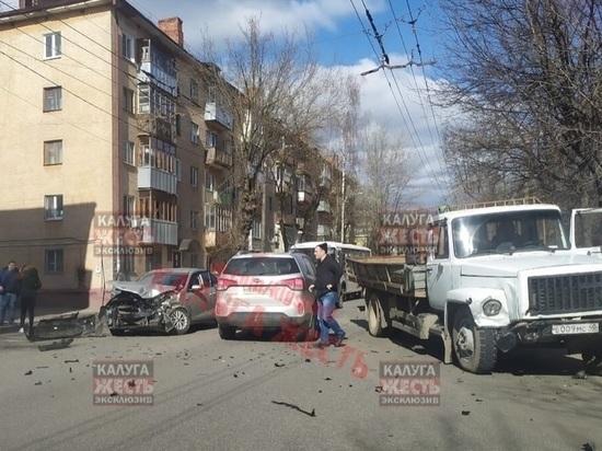 В Калуге легковушка протаранила грузовик