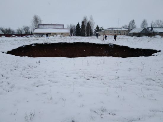 Воронка образовалась в поле в Гагинском районе