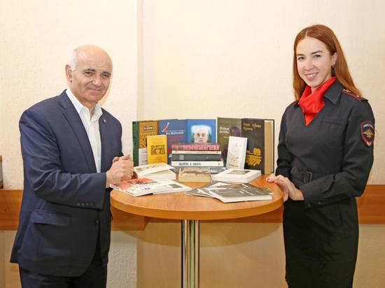 Псковские полицейские подарили книги сельским библиотекам