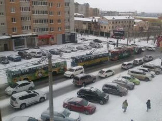 Троллейбусы встали из-за скользкой дороги и ДТП на Новобульварной в Чите