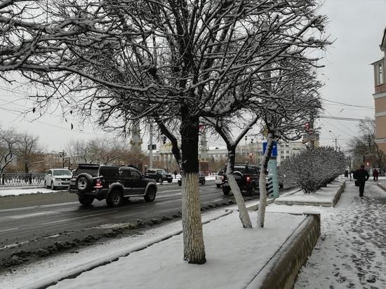 Снегоуборочная техника работает в Чите после снегопада