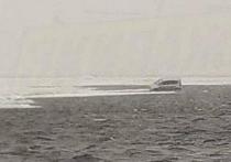 Фотография дрейфующего на льдине автомобиля набирает популярность в соцсетях