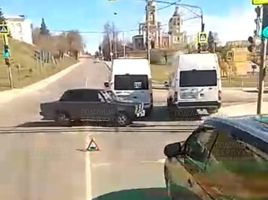 Пассажирская газель столкнулась с легковушкой в Серпухове