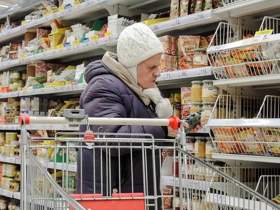 Корреспондент прошлась по квартирам соседей-пенсионеров, но никто так и не попросил купить продукты и лекарства