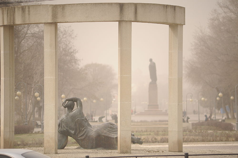 Астрахань укутал смог: кадры с улиц города