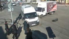 Момент ДТП маршрутки и Газели в Калуге попал на камеру