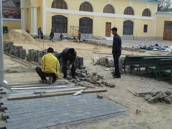 После огласки плитку во дворе Краеведческого музея в Калуге убрали