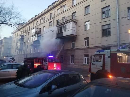 Спасатели эвакуировали из горящего дома в Петербурге 19 человек
