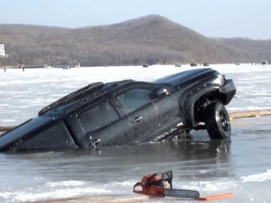 Трое человек едва не ушли под лед на Красноярском водохранилище
