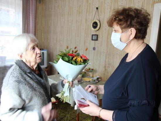 В Иванове 100-летнюю труженицу тыла наградили юбилейной медалью