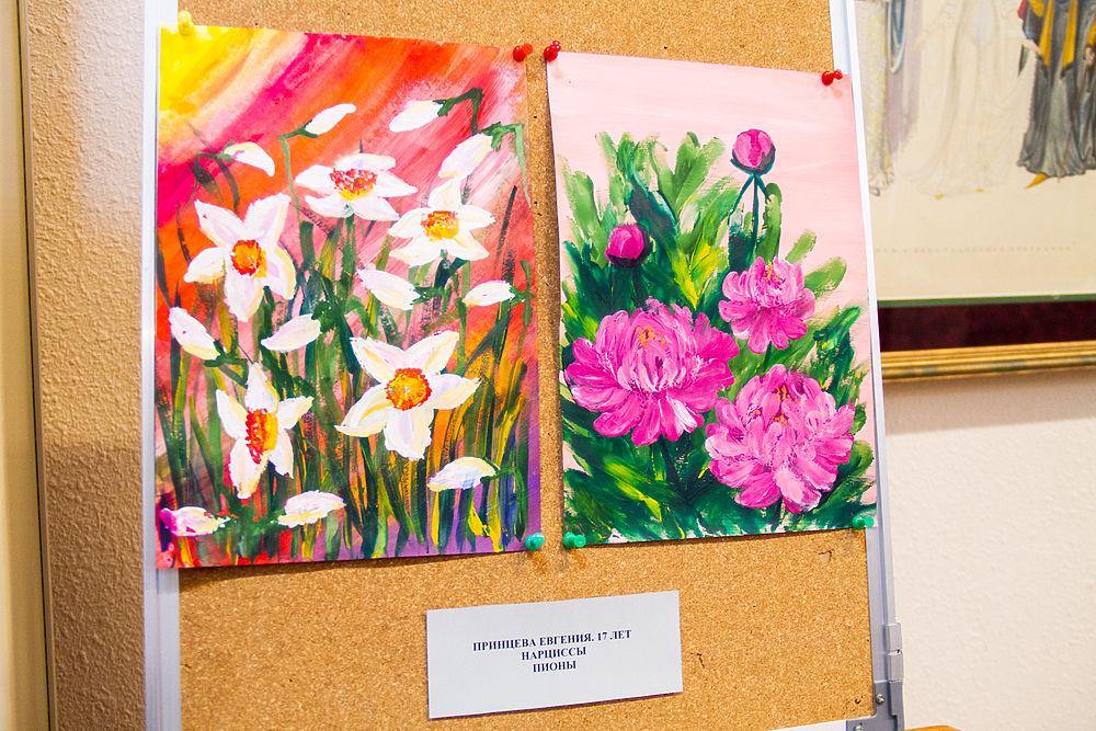 Дети с синдромом Дауна участвуют в выставке своих картин