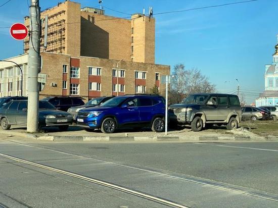 Как туляки дурят городские власти, паркуясь на газоне