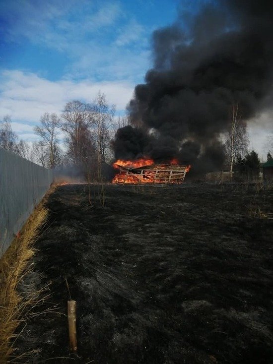 В Ярославской области сгорел дом от пала травы