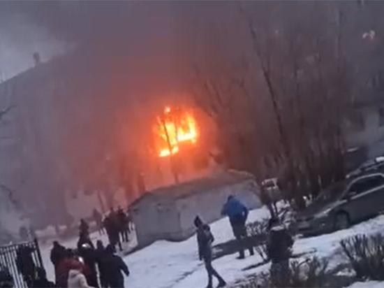 """Очевидцы рассказали подробности взрыва в Магнитогорске: """"Горит с двух сторон"""""""