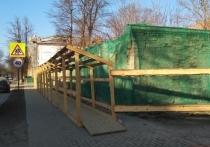 В Пскове установили ограждение вокруг Дома Карамышевых