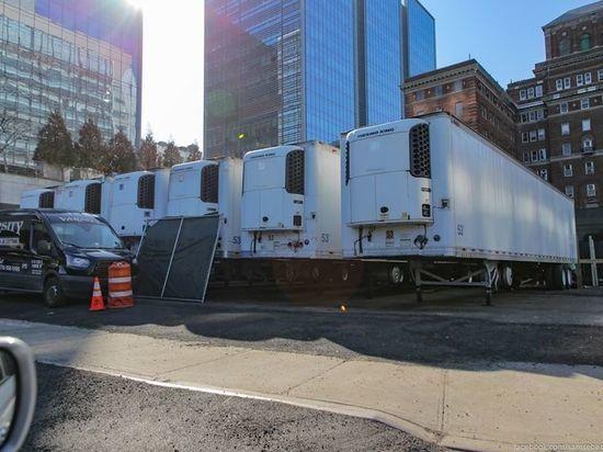 Из-за нехватки моргов на улицах Нью-Йорка появились холодильники для трупов