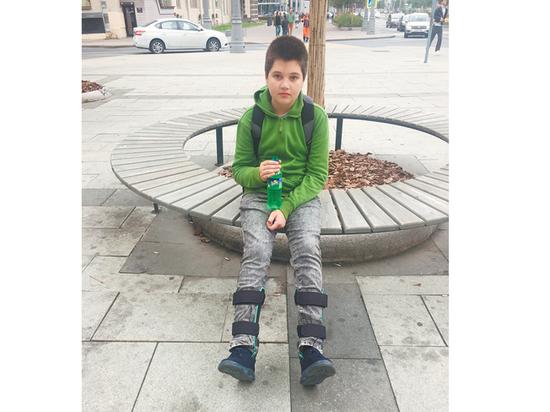 После огласки ребенку с больными ногами вернули инвалидность